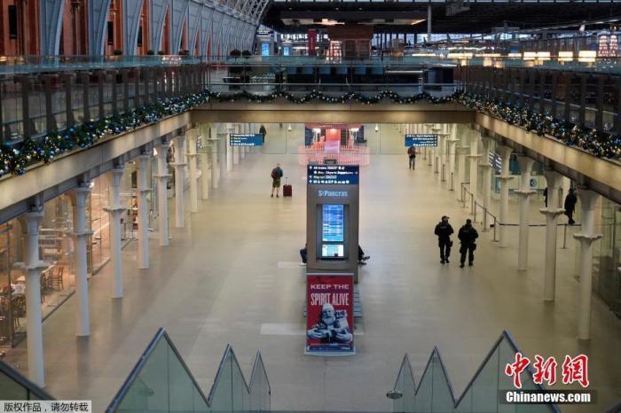 当地时间12月21日,英国伦敦圣潘克拉斯国际火车站,警察在车站内执勤。