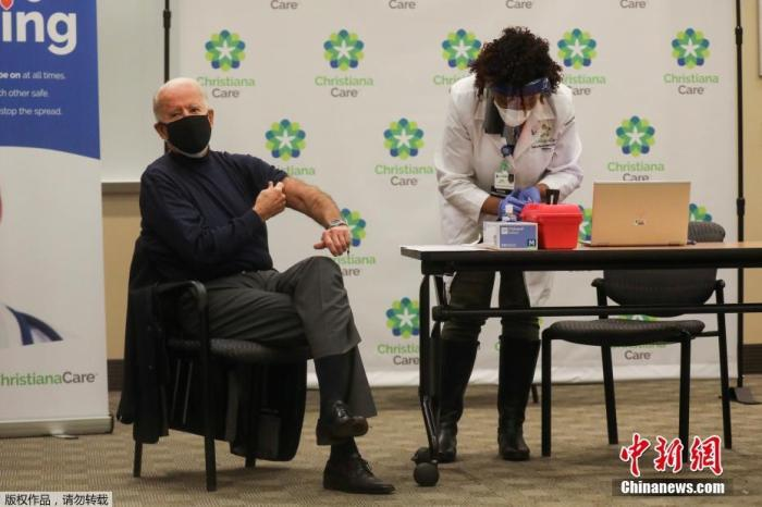当地时间2020年12月21日,美国当选总统拜登在特拉华州一家医院公开接种了新冠疫苗,希望借此向公众证明疫苗的安全性。拜登在注射时感谢了那些参与疫苗研发和分发的人员以及一线医护人员。