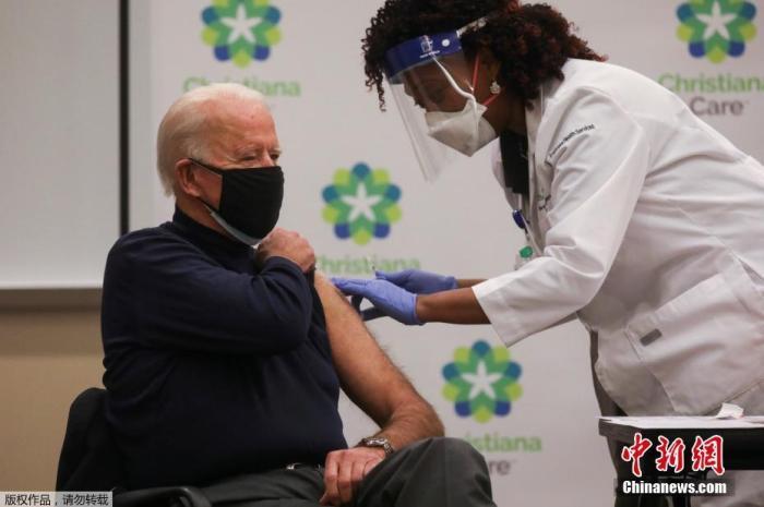 当地时间2020年12月21日,美国总统拜登在特拉华州一家医院公开接种了新冠疫苗。