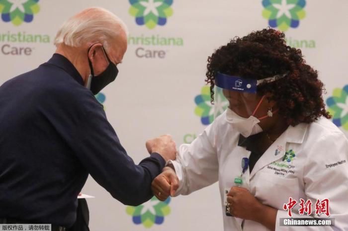 当地时间12月21日,美国当选总统拜登在特拉华州一家医院公开接种了新冠疫苗,希望借此向公众证明疫苗的安全性。拜登在注射时感谢了那些参与疫苗研发和分发的人员以及一线医护人员。