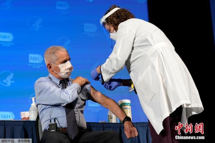 当地时间12月22日,美国传染病专家安东尼·福奇在美国国立卫生研究院接种了新冠疫苗,接种过程在电视上进行了直播,接种完成后福奇对镜头竖起了大拇指。