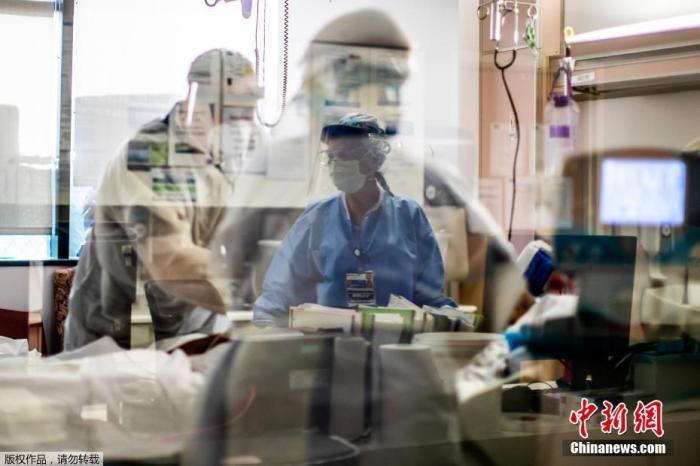 图为医护人员正在治疗病患。