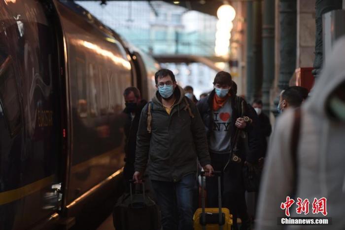 """英国交通部2020年12月22日晚宣布,英国和法国政府达成了重新开放英法边境的协议。按照协议,从12月23日上午开始,英国的货车司机和部分旅客将被允许入境法国。来自伦敦的旅客搭乘""""欧洲之星""""列车入境法国。图片来源:ICphoto"""