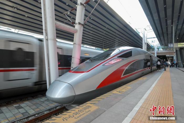 12月24日,试验列车停靠在北京西站等待发车。目前,京雄城际铁路工程建设已基本完成,列车进入全线按图行车试验的最后阶段,预计2020年年底前全线开通运营。运行初期,北京西站至雄安站运行时间约50分钟。 中新社记者 贾天勇 摄