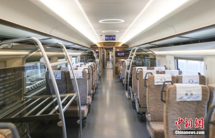 12月24日,试验列车车厢内部。目前,京雄城际铁路工程建设已基本完成,列车进入全线按图行车试验的最后阶段,预计2020年年底前全线开通运营。运行初期,北京西站至雄安站运行时间约50分钟。 中新社记者 贾天勇 摄