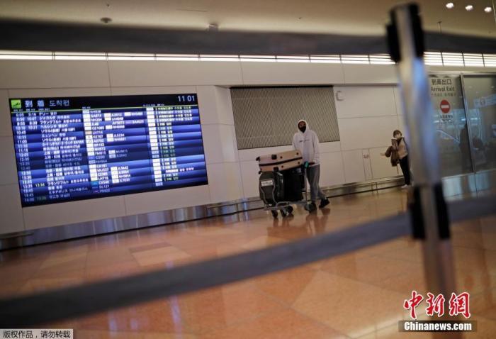 據報道,日本目前已有7例感染變異新冠病毒病例,且首次出現境內人傳人案例。為防范變異病毒擴散,當地時間26日晚,日本政府宣布,將從12月28日起至明年1月底,暫停全球范圍內的新入境。圖為日本東京國際機場。