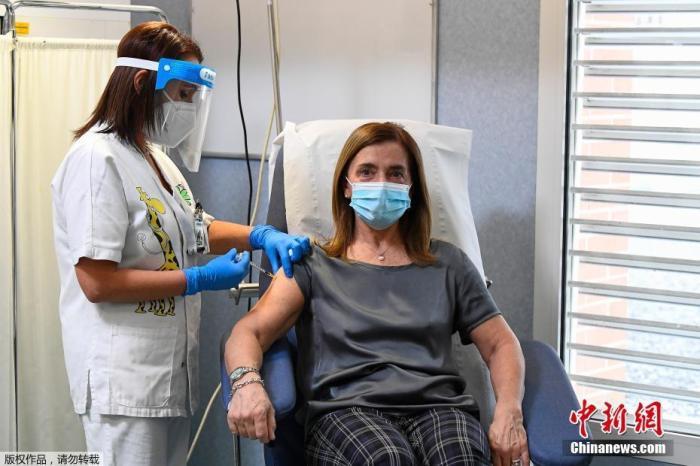 图为意大利的一名医护人员正在进行新冠疫苗接种工作。