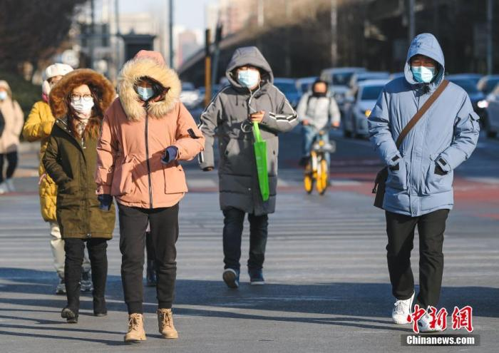 资料图:市民身着厚实冬装出行。 记者 贾天勇 摄