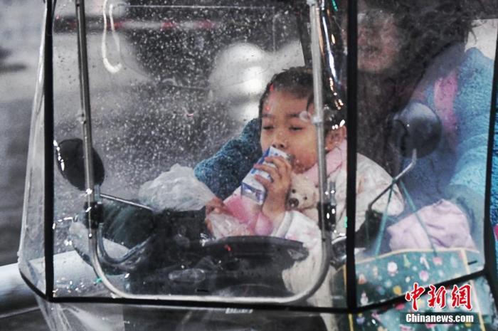 图为合肥市民在送孩子上学。 张娅子 摄