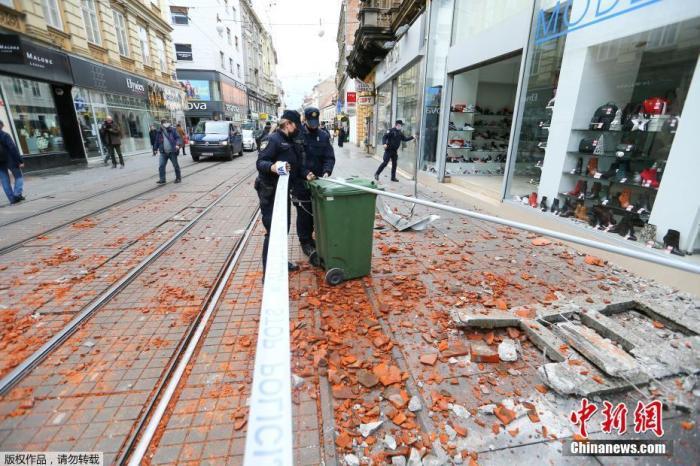 当地时间12月29日,克罗地亚萨格勒布,工作人员将街道上掉落的建筑物碎片围起来。据美国地质勘探局网站消息,北京时间12月29日19时19分许,克罗地亚发生里氏6.4级地震,震源深度10千米。