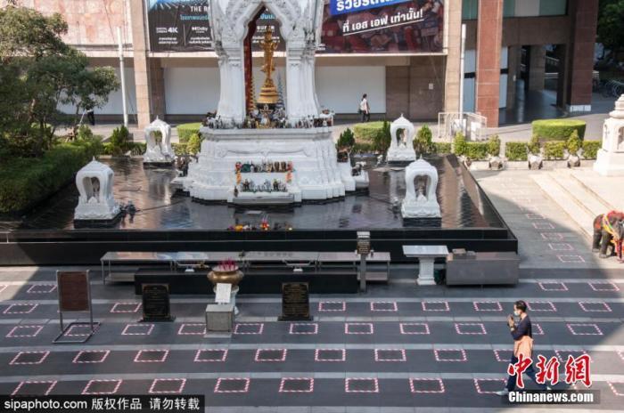 泰国政府对曼谷的百货商店和其他地方采取了新冠疫情期间的社交新措施。图片来源:SIPAPHOTO