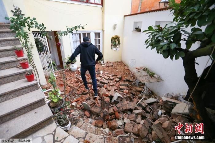 当地时间12月29日,克罗地亚萨格勒布,一名男子走过地震后的废墟。据美国地质勘探局网站消息,北京时间12月29日19时19分许,克罗地亚发生里氏6.4级地震,震源深度10千米。