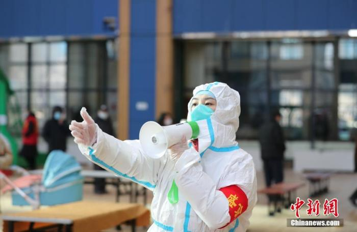 资料图:1月1日,工作人员在沈阳市苏家屯区中兴街道恒大名都社区核酸检测点引导市民进行核酸检测。 中新社记者 于海洋 摄