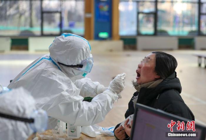 资料图:辽宁沈阳,工作人员为居民进行核酸检测。 <a target='_blank' href='http://www.webtreeseo.com/'>中新社</a>记者 于海洋 摄