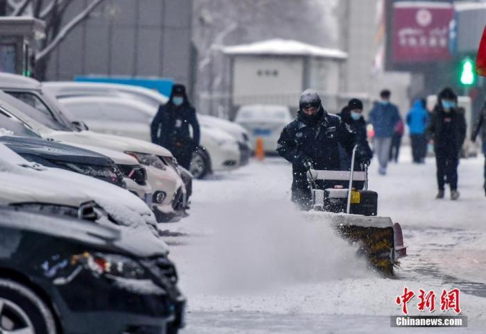 图为工作人员用机械扫雪车清理积雪。 <a target='_blank' href='http://www.chinanews.com/'>中新社</a>记者 刘新 摄