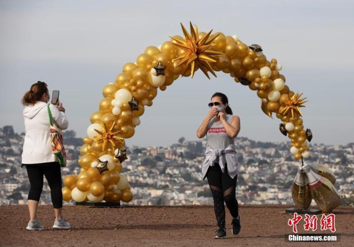 当地时间1月1日,美国加州旧金山市民在一处公园休闲。美国约翰斯·霍普金斯大学当日发布的新冠疫情最新统计数据显示,美国累计确诊病例超过2000万例。 <a target='_blank' href='http://www.chinanews.com/'>中新社</a>记者 刘关关 摄