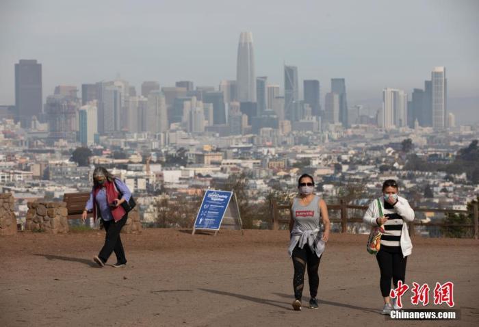 当地时间1月1日,美国加州旧金山市民在一处公园休闲。美国约翰斯・霍普金斯大学当日发布的新冠疫情最新统计数据显示,美国累计确诊病例超过2000万例。 中新社记者 刘关关 摄
