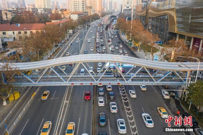 湖北省武汉市以抗疫为主题的同济健康天桥。图片来源:视觉中国