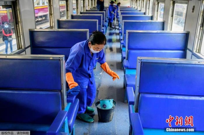 当地时间2021年1月4日,泰国曼谷,Hua Lamphong车站的工作人员对列车内部进行消毒。泰国官方4日通报,新增745例新冠肺炎确诊病例,这是泰国疫情发生以来确诊人数最高的一天。