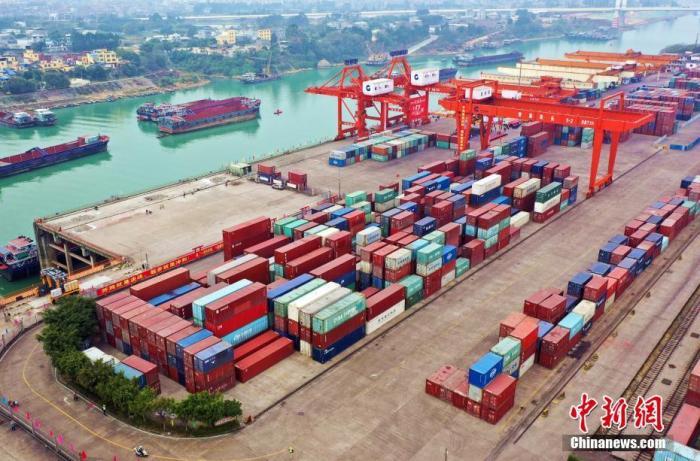 """1月5日,""""贵港港吞吐量突破亿吨发布仪式""""在广西北部湾港贵港集装箱码头举行。作为广西最大的内河港口,贵港港跻身亿吨大港行列,成为珠江水系首个内河亿吨港口。2020年,贵港港货物吞吐量达1.0552亿吨,同比增长30.9%。图为俯拍贵港港。 <a target="""