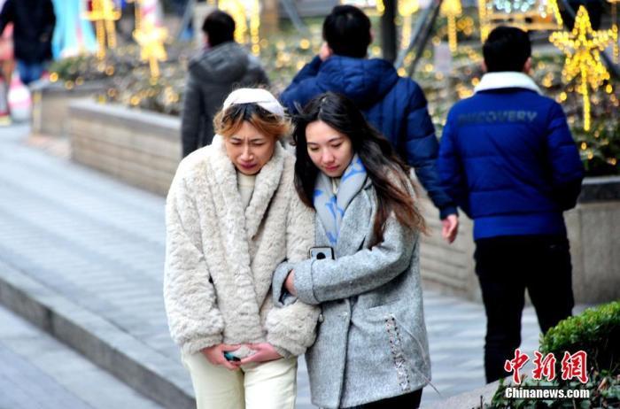 2021年1月5日,上海,当天是24节气中的小寒,申城气温呈现阶梯式下滑,最高气温仅9度左右。下午,在吴江路、南京西路上,路人游客纷纷裹紧衣领,明显感觉寒气袭人。据气象预报:新一波寒潮将于明晚到来,周四申城的气温将快速下降至零下6度左右。 图片来源:视觉中国
