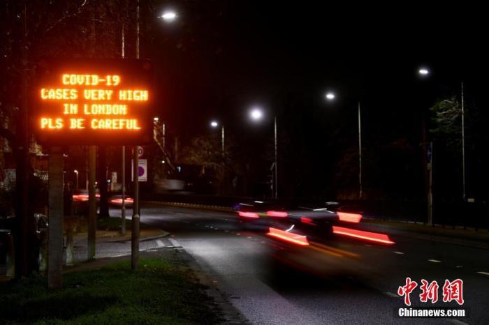 当地时间1月4日,英国伦敦,一条政府公共卫生信息出现在路边的路标上。