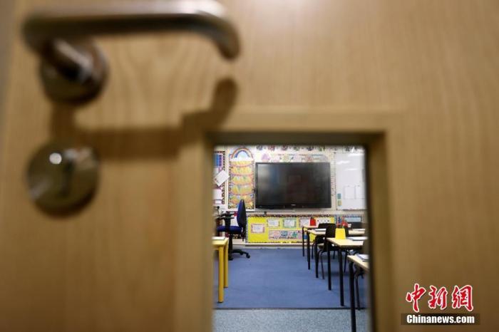 当地时间1月4日,英国斯塔福德郡纽卡斯尔安德莱姆市韦斯特兰小学空空荡荡的教室。