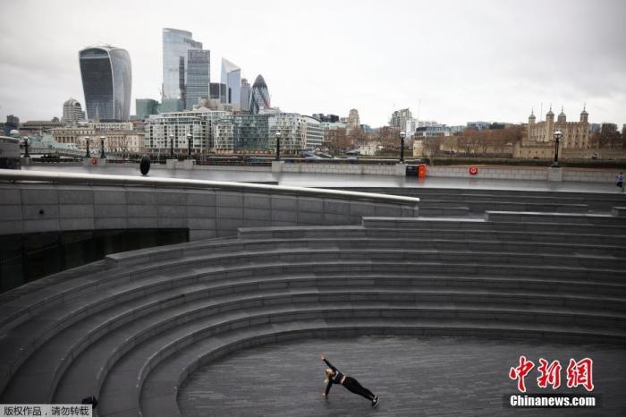 当地时间1月5日,英国采取了第三次严格性封锁措施,伦敦街头行人稀少。图为泰晤士河南岸,一名女子在锻炼身体。