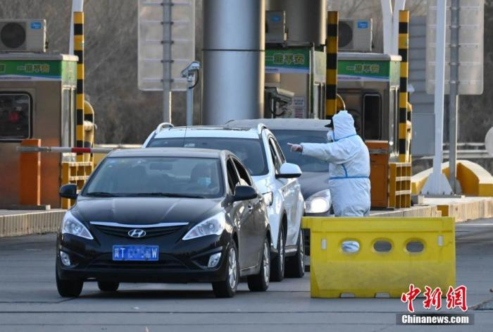 1月6日,河北石家庄一高速下道口,当地警方正在疏导车辆。 中新社记者 翟羽佳 摄