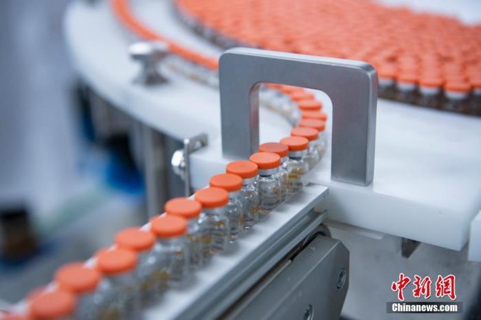 资料图:生产线上的西林瓶装疫苗。 中新社记者 侯宇 摄