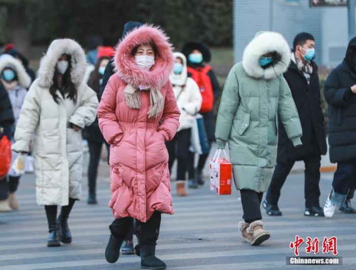 图为市民在街头出行。 中新社记者 贾天勇 摄