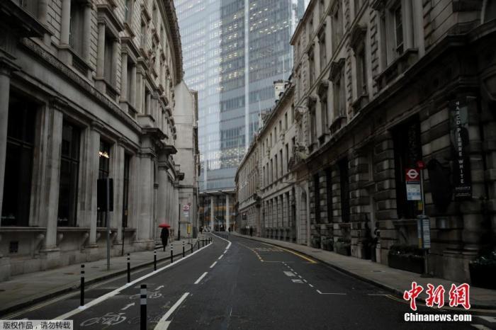 当地时间1月5日,英国采取了第三次严格性封锁措施,伦敦街头行人稀少。图为伦敦金融区街头空空荡荡。