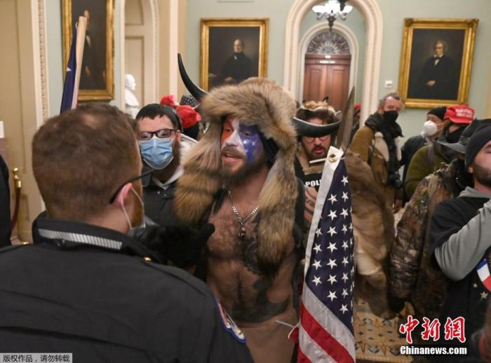 当地时间1月6日,美国参众两院确认选举人团投票结果的联席会议,因现任总统特朗普支持者闯入国会大厦引发大规模骚乱而被迫中断,现场极度混乱。图为特朗普支持者进入美国国会大厦。