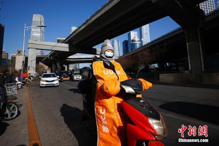 1月7日,市民在北京的寒风中骑车出行。 <a target='_blank' href='http://www.webtreeseo.com/'>中新社</a>记者 富田 摄