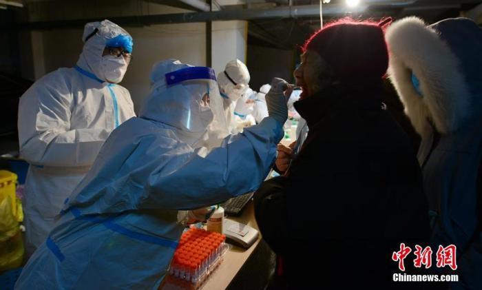 图为1月7日凌晨,石家庄,工作人员昼夜奋战为居民做核酸检测。 图片来源:视觉中国