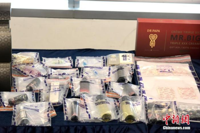圖為香港警方展示檢獲的涉案物件及毒品。 <a target='_blank' href='http://www.tulong8888.cn/'>中新社</a>記者 李志華 攝