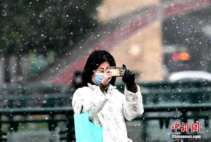 """成都市区迎2021年第一场雪 """"鹅毛小雪""""乐坏南方人"""