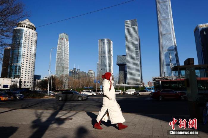 资料图:市民在北京的寒风中出行。 中新社记者 富田 摄