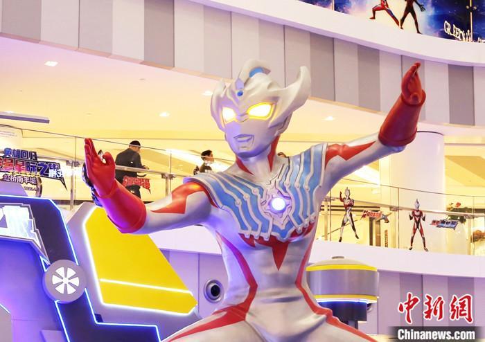 """2019年11月15日,上海虹桥商场举办的""""奥特曼英雄回归""""主题展。2021年1月6日消息,日本特摄IP宇宙英雄奥特曼迎来初代奥特曼诞生55周年,还在上海领取了""""2020年度时尚人物""""奖项。"""