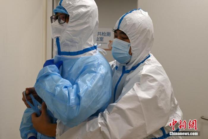 探访石家庄核酸检测实验室:医护人员实行24小时轮班轮岗