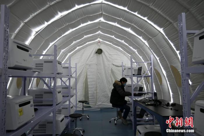 """1月8日晚,河北石家庄,工作人员在""""火眼""""实验室建设现场忙碌。<a target='_blank' href='http://www.webtreeseo.com/'>中新社</a>记者 翟羽佳 摄"""