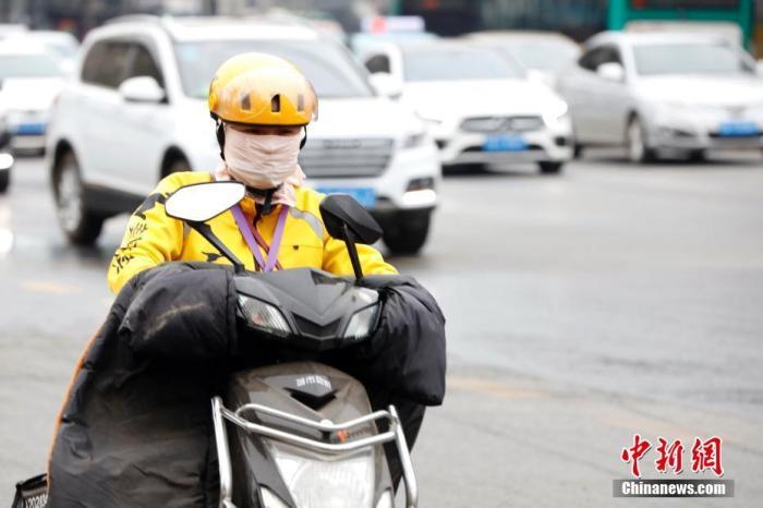 资料图:一位外卖员顶着寒风工作。中新社记者 李嘉娴 摄