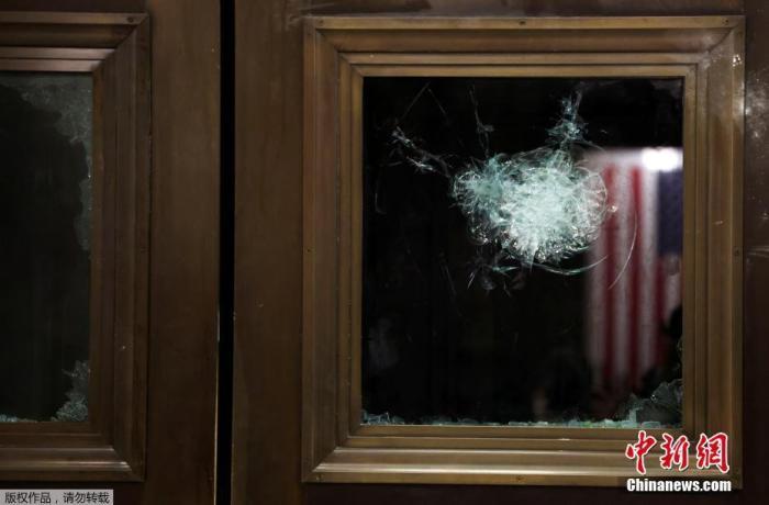 当地时间1月7日,美国华盛顿,特朗普支持者冲入国会大厦引发骚乱后,国会大厦内大量设施被损毁,现场一片狼藉。