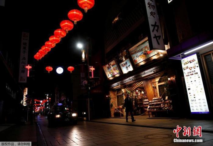 当地时间2021年1月8日,日本神奈川县横滨市,路人经过关闭的店铺。此前,因新冠疫情持续蔓延,日本首相菅义伟宣布,该国首都圈的一都三县(东京都、埼玉县、千叶县和神奈川县)将从当地时间1月8日0时起进入紧急状态,结束时间为2月7日。据报道,紧急状态生效后,当局将强化防疫措施,包括要求相关地区的餐饮店缩短营业时间和对大型活动的举办进行限制等。