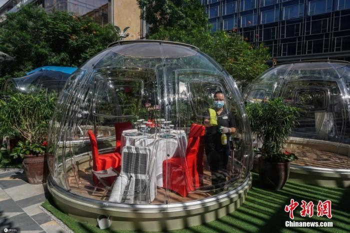 当地时间2021年1月7日,菲律宾帕赛市,喜来登酒店设置多功能透明泡泡屋,顾客可在此进行就餐等活动。图片来源:ICPHOTO