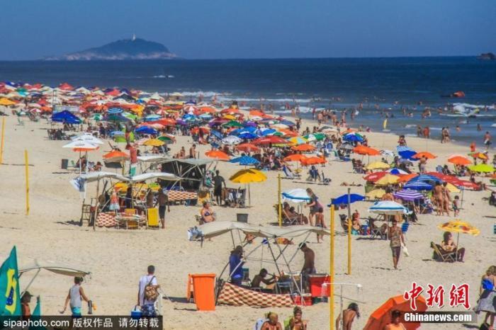当地时间2021年1月6日,巴西,里约热内卢海滩人头攒动,许多居民不顾疫情,前来享受海滩阳光。图片来源:SIPAPHOTO