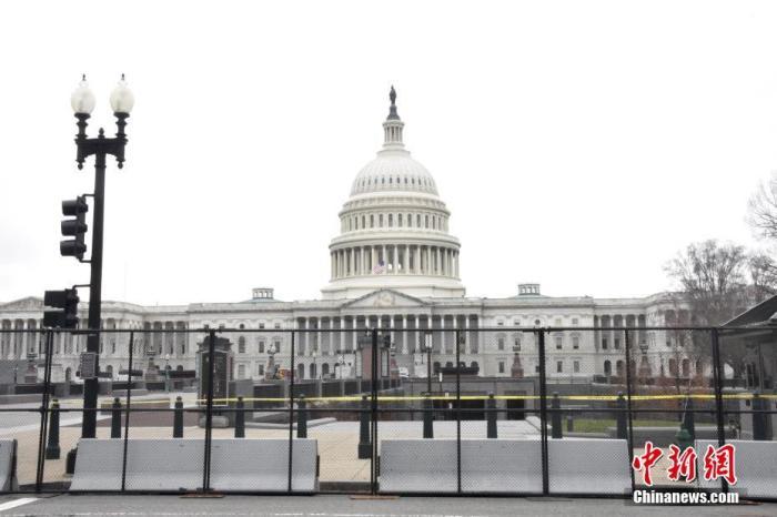 当地时间1月8日,美国国会大厦四周设置约2米高的黑色铁栅栏,国民警卫队也在周边巡逻,以加强安保。示威者6日冲击国会事件已致5人死亡,包括一名警察。众议长佩洛西8日宣布降半旗向其致哀。 <a target='_blank' href='http://www.chinanews.com/'>中新社</a>记者 沙晗汀 摄