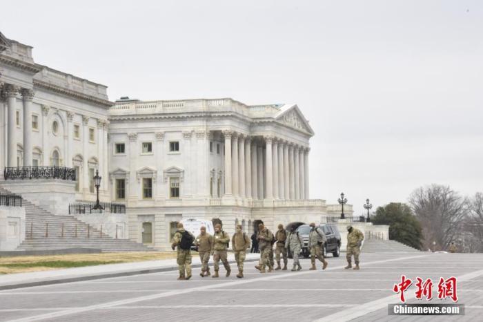当地时间1月8日,美国国会大厦四周设置约2米高的黑色铁栅栏,国民警卫队也在周边巡逻,以加强安保。示威者6日冲击国会事件已致5人死亡,包括一名警察。图为巡逻的国民警卫队。 <a target='_blank' href='http://www.chinanews.com/'>中新社</a>记者 沙晗汀 摄