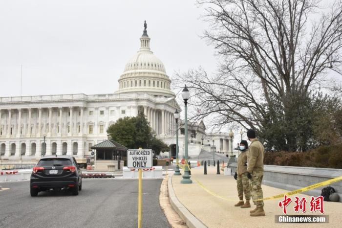 当地时间1月8日,美国国会大厦四周设置约2米高的黑色铁栅栏,国民警卫队也在周边巡逻,以加强安保。示威者6日冲击国会事件已致5人死亡,包括一名警察。众议长佩洛西8日宣布降半旗向其致哀。&#xA;<a target='_blank' href='http://www.chinanews.com/'>中新社</a>记者 沙晗汀 摄