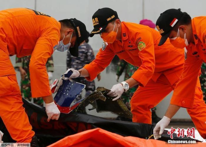 印尼当局确定坠毁客机两个黑匣子位置 将尽快寻回